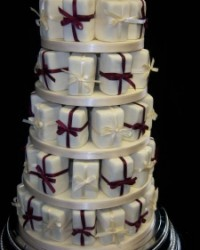 individual parcels with ribbons for wedding cake